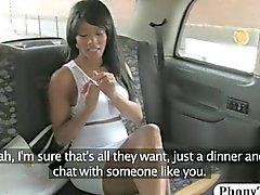 Ébène la clientèle pilonner par un taxi faux