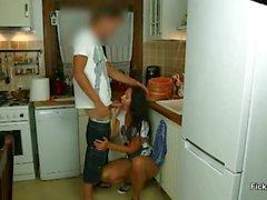 stiefmutter erwischt Stiefsohn beim wichsen und wird gefickt