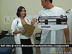 Un gars dans un cabinet médical est consultée par a médecin brune chaude