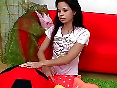 Mooie tiener chick vingers haar kutje op de bank