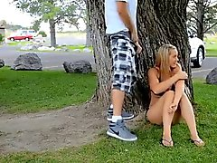 Девушки ударов и трахается в парке