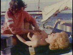 Glücklicher Mann Bohrer zwei Küken auf Yacht sich