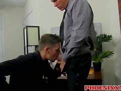 Handsome Kerl genießt seine Chefs harten Schwanz