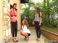 Giocando le lesbiche urinanti