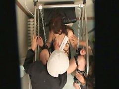 Bir kız umumi tuvalet bağlanır ve yabancı tarafından çuvalladı