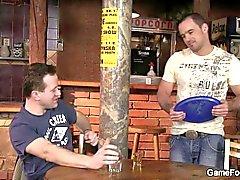 Hetero Barkellner fährt seinen ersten Homosexuell Hahn