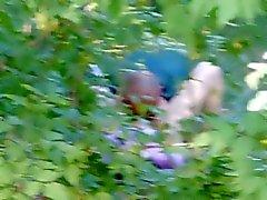 herif orman içinde pussy yiyor. Rusya, gerçek video