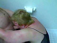 BBW karısı bir tuvalete koca horoz berbat