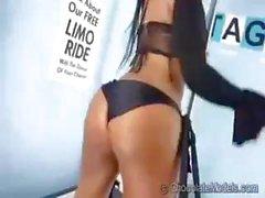Busty esmer model fotoğraf çekimi ve onun vücudunu gösterir