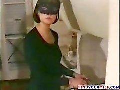 Franse brunette moeder in een masker wil jonge hanen en zuigt en neukt