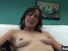 Yaramaz kız göğüsleri ile oynuyor