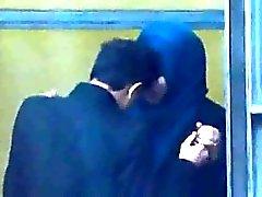 Hijabi jeune musulmane relations sexuelles avec kafirs hommes à l'air libre