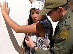 Hot latina avec de gros seins vissés dans la voiture de patrouille frontalière