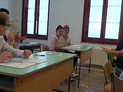 Los estudiantes universitarios follan duro a su profesor en el aula