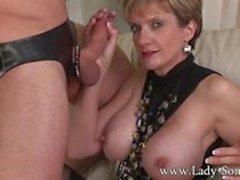 Любовница Lady Соне Cuckold грубо пола и уход за лицом