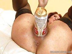 La de chicas cachonda utiliza una lata de cerveza llenar el coño hambriento hot