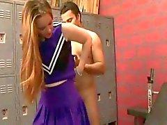 Cheerleader Grâce étranges chatte de cheveux baise