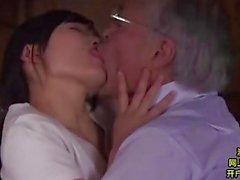 Midoris Shino njutning hennes gamle far i lag