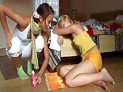 Zoenen en plagen van twee teenies