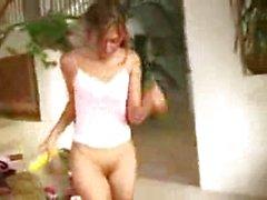 Miryam scopa di una bottiglia banana ed vini