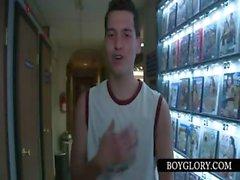 Teenager Homosexuell Schopf bekommt BJ über Glory Hole