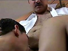 Возбуждённый геем старое заставляет полицейский налет об мальчиков задниц