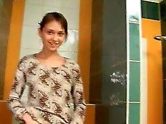 Üzerinde tuvalet Şaşırtıcı kemik sevimli bir kız