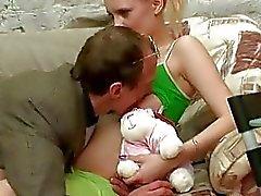 Bebis suger stor kuk