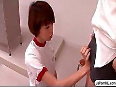 Schoolgirl Japanska Fungerar en kuk med sin mun