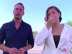 Infirmière recevant sa dose de DICK après avoir quitté l'hôpital