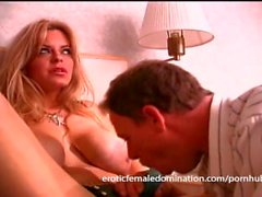 Av rumsservice grabb dominerades av a bossy blondin milf tiken