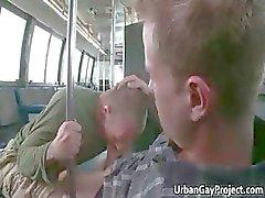 Dudes opgepikt door een bus en krijgen