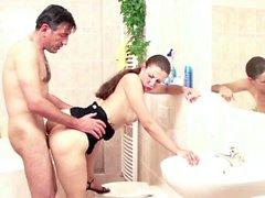 Stief Tochter erwischt Vater Bad und laesst sich ficken im,