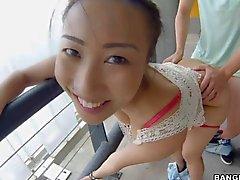 Borracho asiático com peitos enormes fodidas na garagem de