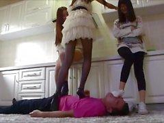 Три китайские девушек Пробивной удар и форсирование Гаю Worship их ногами
