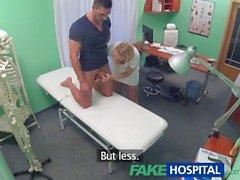 Infirmière FakeHospital atténue la pression dans les goujons boules