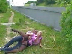 blondje verwent kerel langs de weg