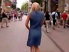 Schöne Exhibitionistin nackt in der Öffentlichkeit