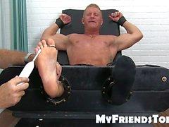 El amante de los pies musculares le hizo cosquillas hasta que no puede soportarlo más