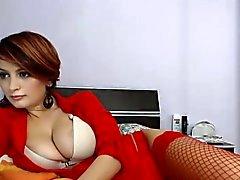 Sensuella vackra i sexigt rött för damunderkläder visar upp sin görar perfekt