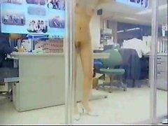 petite japonaise nue au bureau