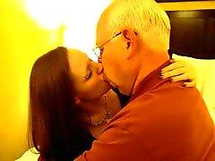 Hett kvinnan kysser en 82 årig människa