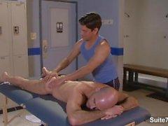 Yakışıklı jocks Adam Russo ve Lex Sabre masaj ve soyunma odasında fuck