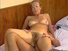 Rijpe huisvrouw met een orgasme