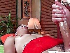Парень получает Масло на поверхности массажные с massagevictim