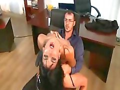 Bu sekreterler bu klipte kendi patronları tarafından çarptım alıyorsanız