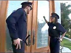 P.A.W.G polis memuru onu kıçından büyük bir horoz alır