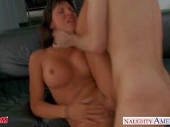 Brunette maman Lezley Zen prendre cock