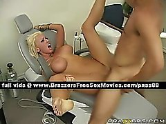 Söt nakna blondin tandläkare på stolens blir påsatt hårda