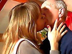 Sexigt blond tonåring Lisa att suga gammal kuk